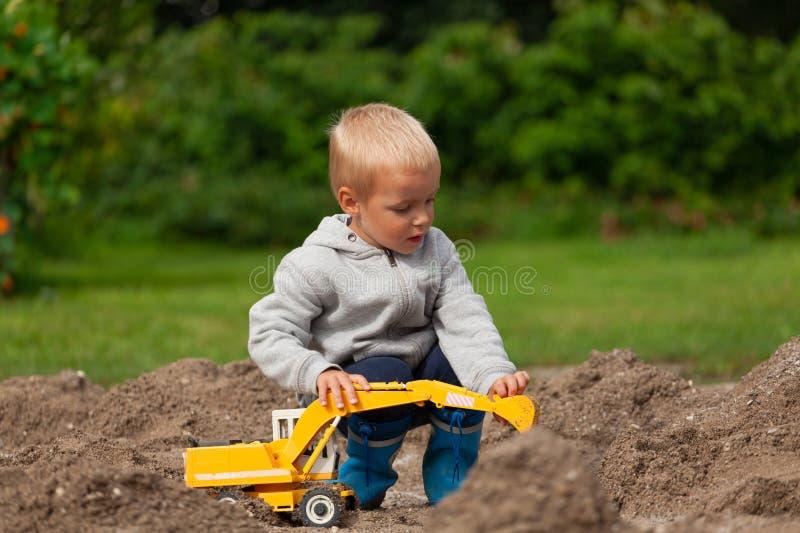 Chłopiec w piaskownicie zdjęcia royalty free