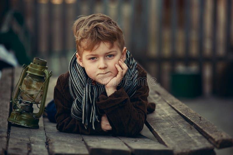 Chłopiec w retro stylu pozuje fotograf zdjęcie stock