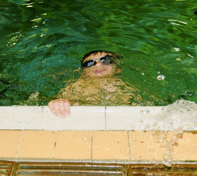 Chłopiec w salowym jawnym basenie Dziecko z swimmng gogle nurami zdjęcie royalty free