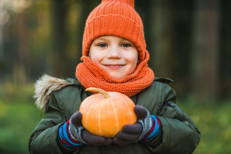 Chłopiec w szaliku z banią i kapeluszu obraz stock