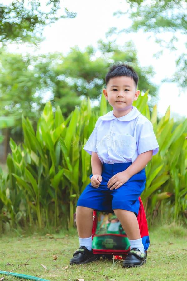 Chłopiec w Tajlandzkim ucznia mundurze i plecak dla iść szkoła fotografia royalty free