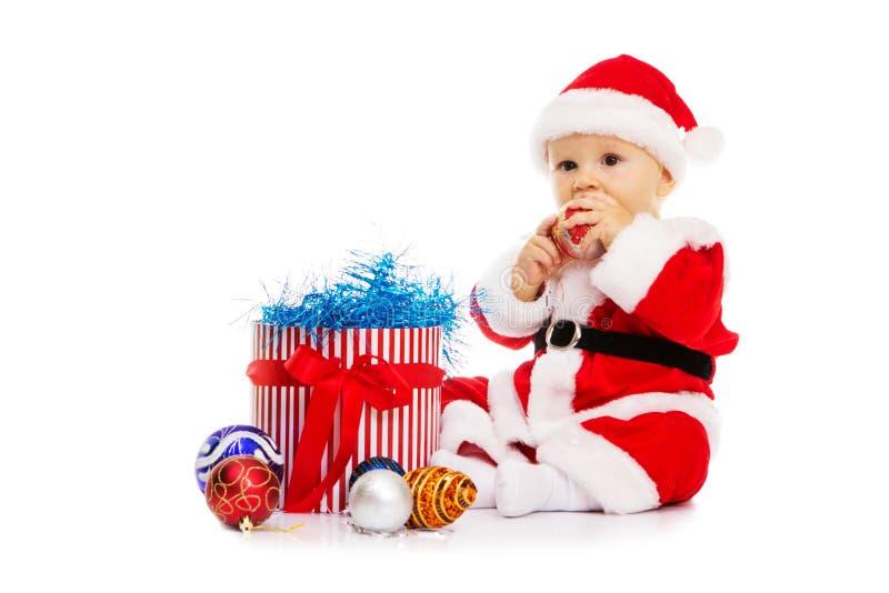 Chłopiec w wizerunku Święty Mikołaj siedzi zdjęcia stock