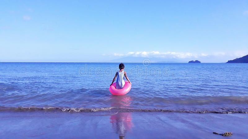 Chłopiec w wodzie obraz stock
