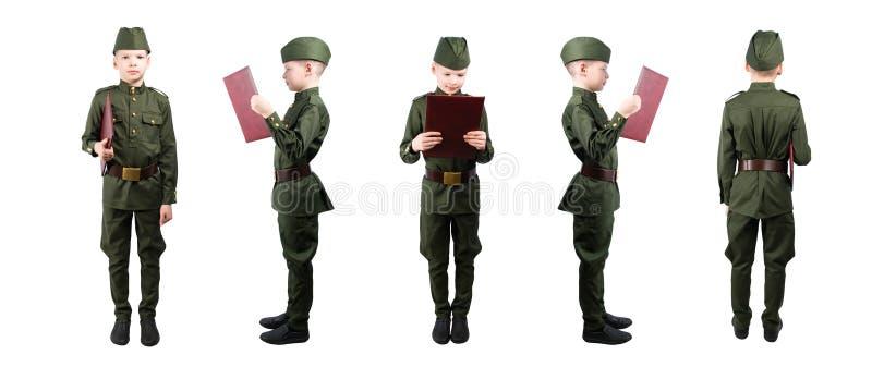Chłopiec w wojskowym uniformu trzyma falcówki 5 pozycje z rzędu, odizolowywa na bielu fotografia stock