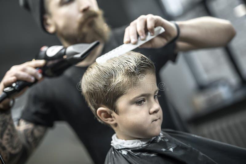 Chłopiec w zakładzie fryzjerskim zdjęcie royalty free