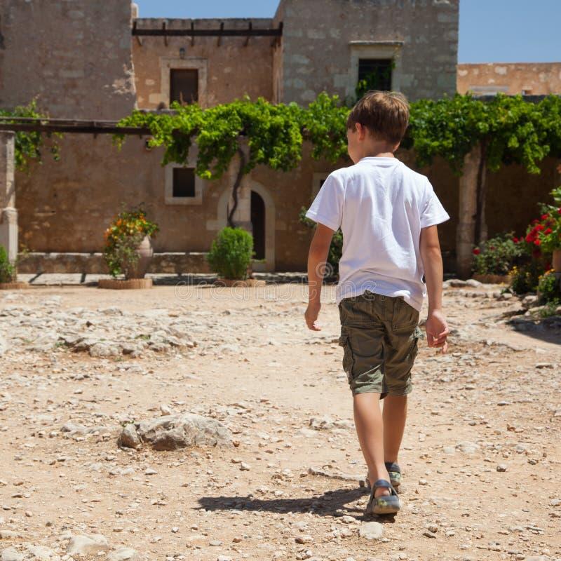 Chłopiec walkking monaster obraz stock
