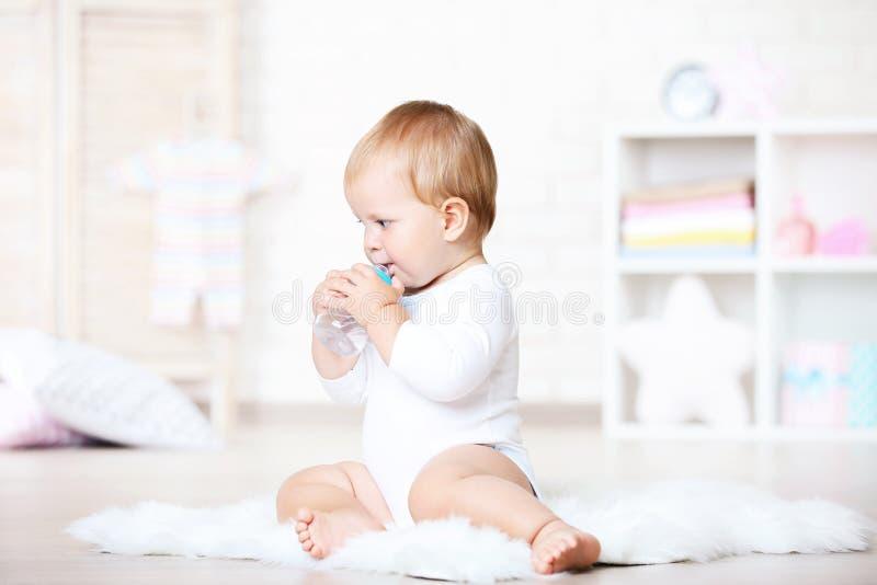 Chłopiec woda pitna obraz stock