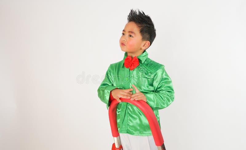 Chłopiec wspina się drabinę zdjęcia royalty free