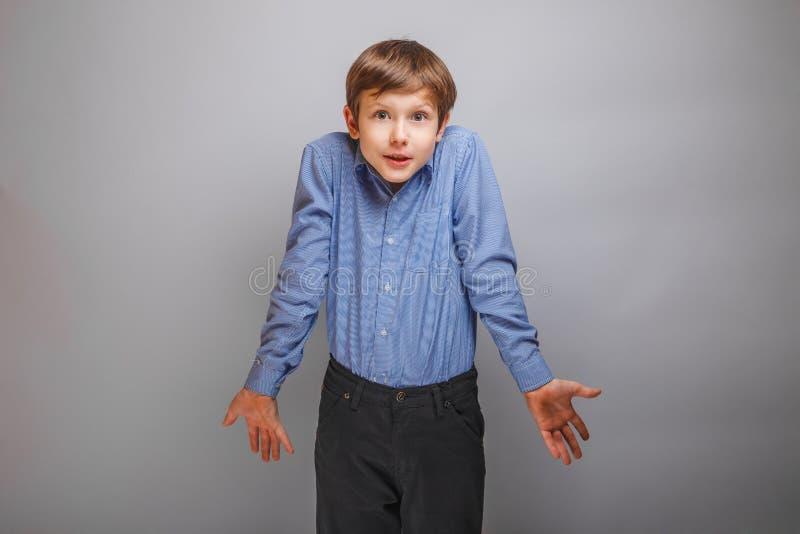 Chłopiec wzruszenia ramion od ignoranci zaskakującej fotografia stock