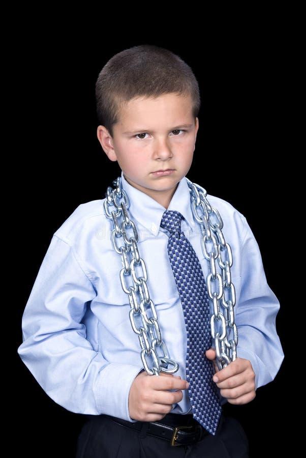 Chłopiec z apartamentem i łańcuchem wokoło ramion obraz royalty free