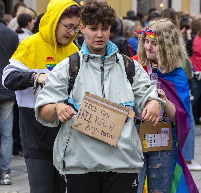 2019: Chłopiec z bezpłatnym buziakiem i swobodnie podpisuje uczęszczać Gay Pride paradę także znać jako Christopher dnia Uliczny  obraz royalty free