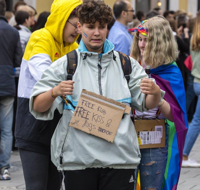 2019: Chłopiec z bezpłatnym buziakiem i swobodnie podpisuje uczęszczać Gay Pride paradę także znać jako Christopher dnia Uliczny  obraz stock