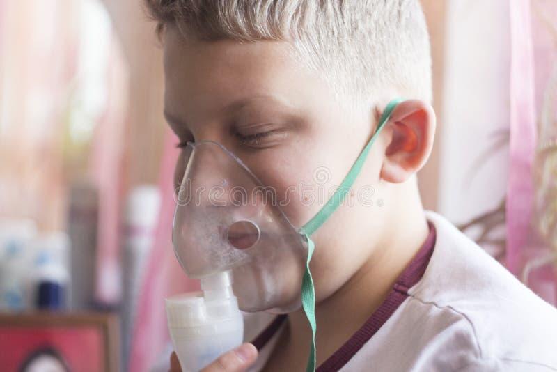 Chłopiec z białego włosy oddychaniem zdjęcie stock
