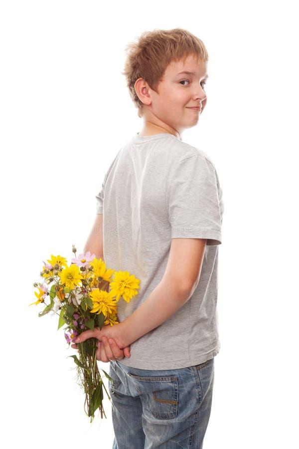 Chłopiec z bukietem kwiaty obraz royalty free