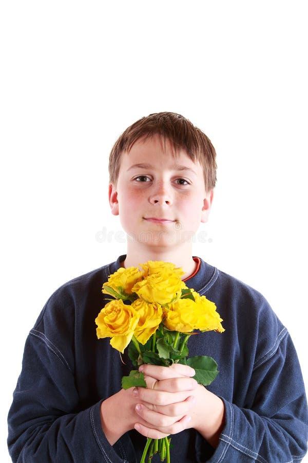 Chłopiec z bukietem róże zdjęcia stock