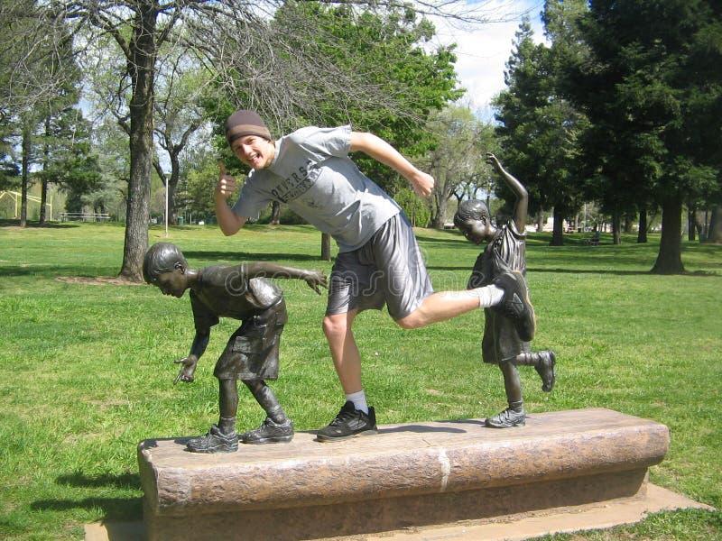 Chłopiec z chłopiec statuami w Redding, Kalifornia park obrazy royalty free