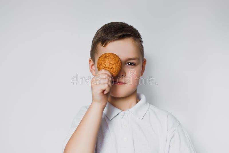 Chłopiec z ciastkiem w ręce zdjęcia stock