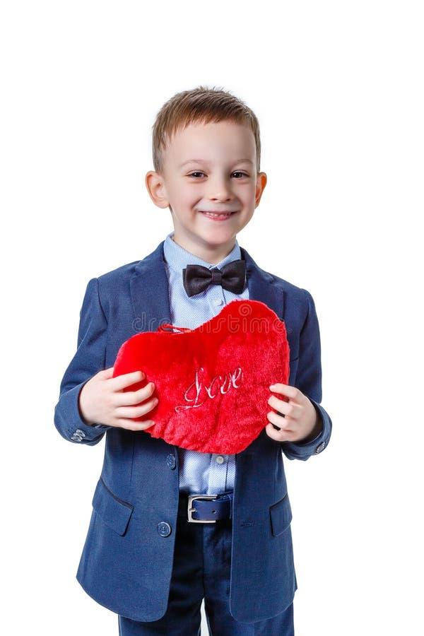 Chłopiec z czerwonym symbolicznym sercem na białym tle, obraz royalty free