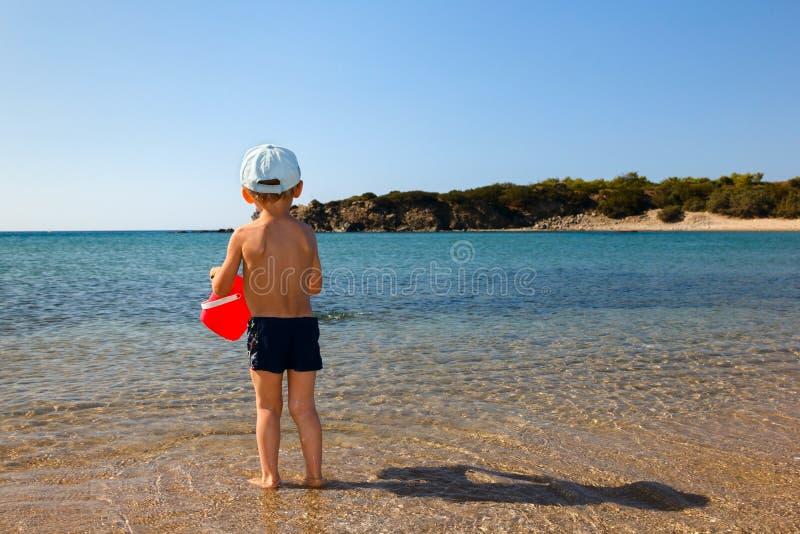 Chłopiec z czerwonym wiadrem obraz stock