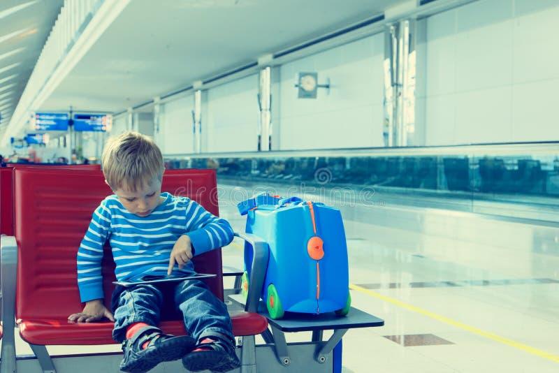 Chłopiec z dotyka ochraniacza czekaniem w lotnisku obraz royalty free