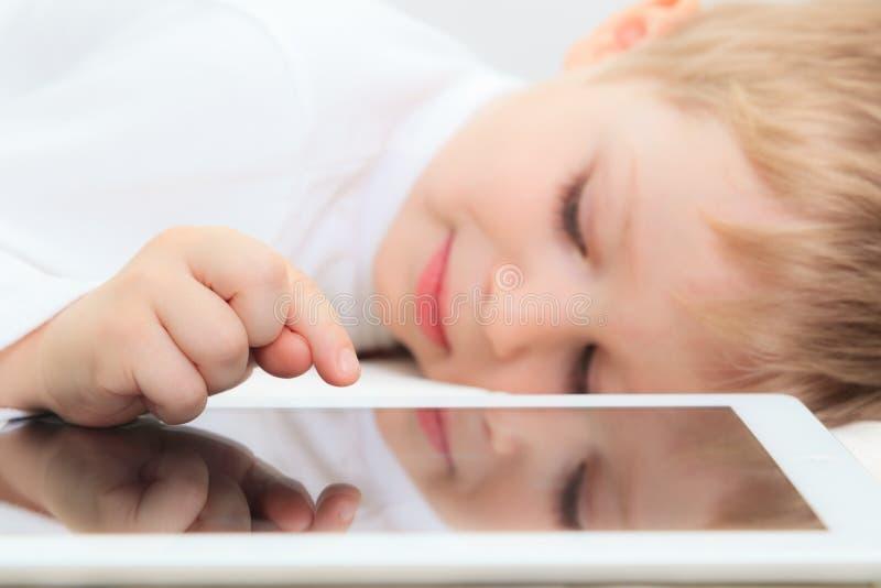 Chłopiec z dotyka ochraniaczem obrazy royalty free