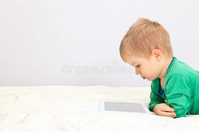 Chłopiec z dotyka ochraniaczem zdjęcie royalty free