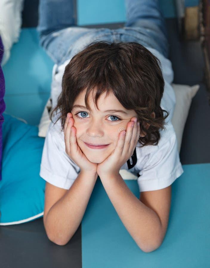 Chłopiec Z głową Kłama Na podłoga W Preschool W rękach fotografia royalty free