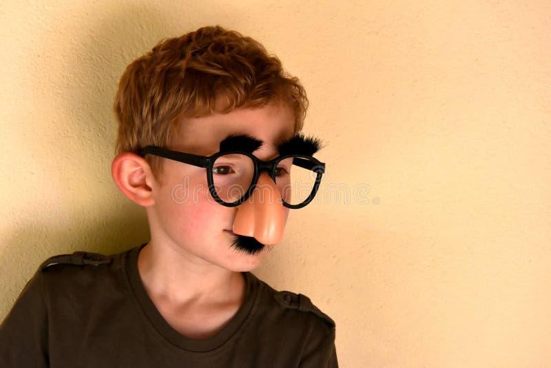 Chłopiec z groucho Marx szkłami zdjęcie royalty free