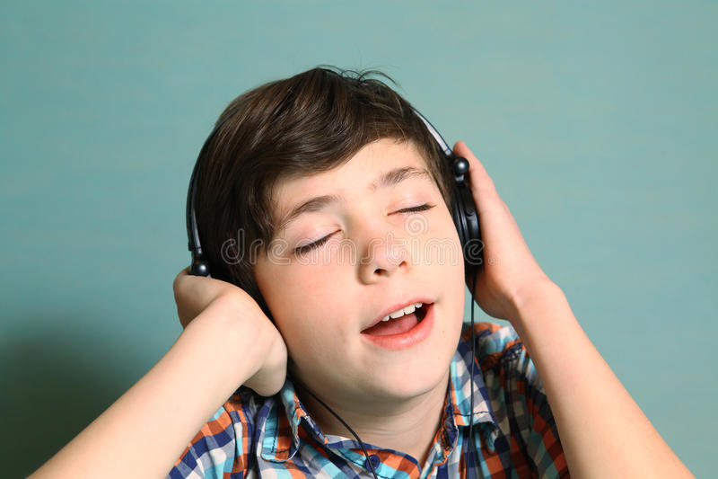 chłopiec z hełmofonami słucha muzyka popularna zdjęcie stock