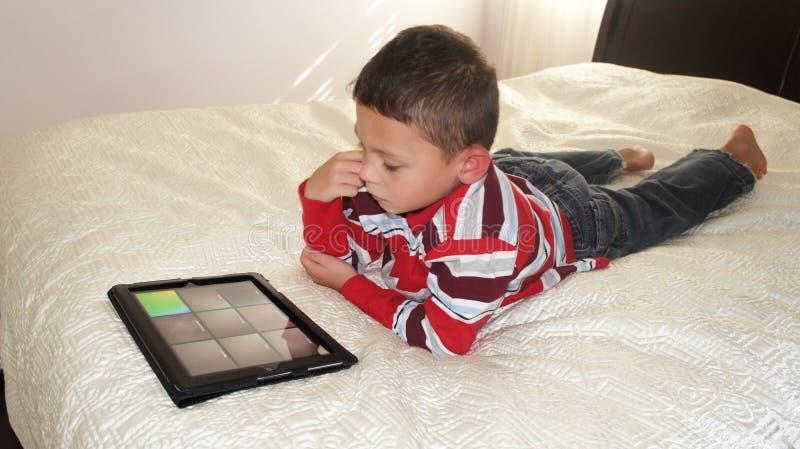 Chłopiec z ipad zdjęcia royalty free