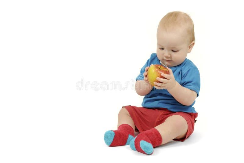 Chłopiec z jabłkiem na białym tle fotografia royalty free