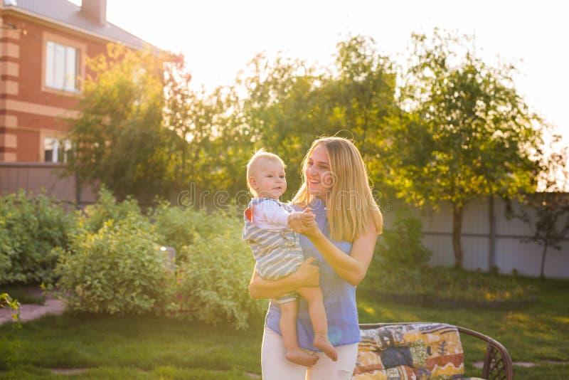 Chłopiec z jego mum outdoors fotografia stock