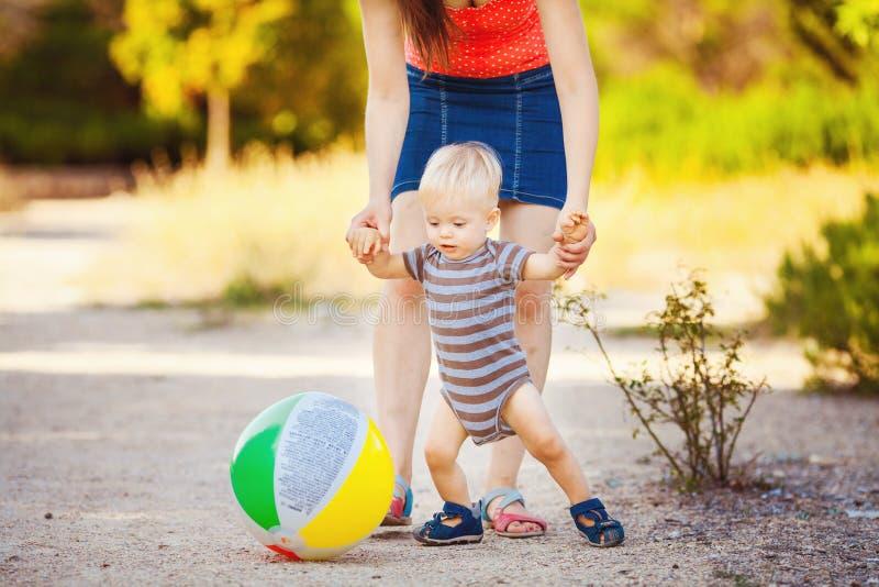 Chłopiec z jego mum w parku zdjęcie royalty free