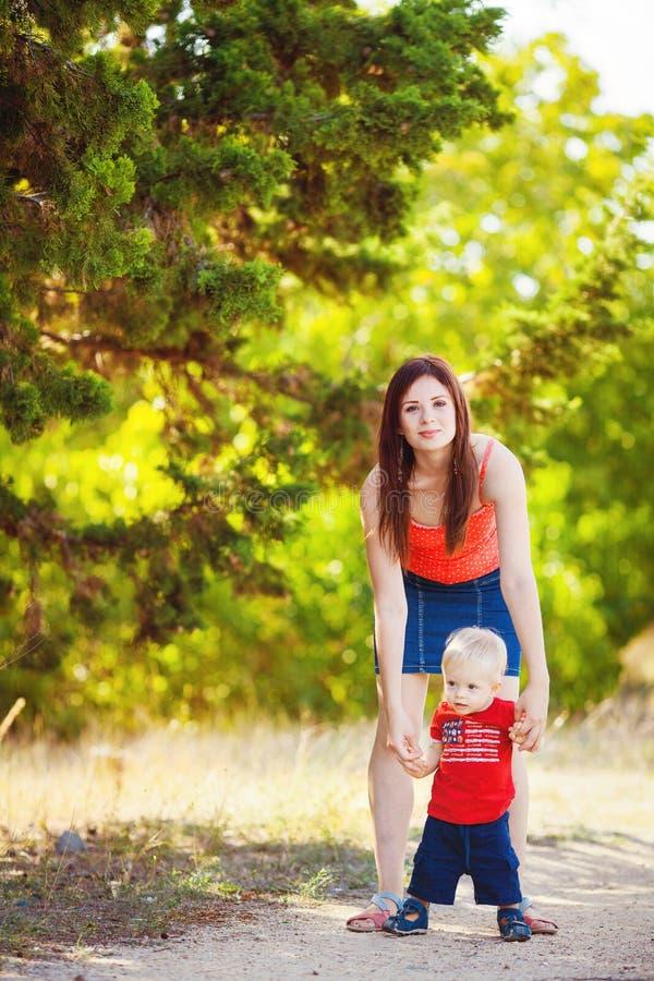 Chłopiec z jego mum w parku fotografia stock