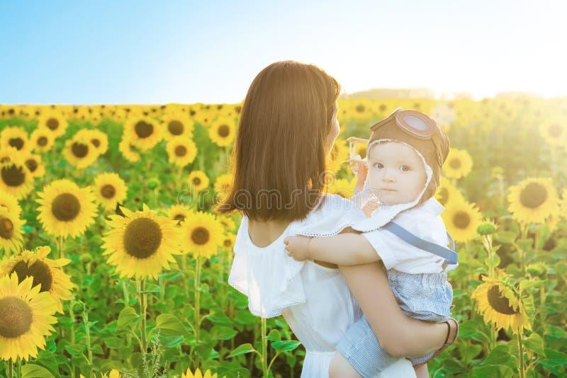 Chłopiec z jego mum w parku koncepcja szczęśliwa rodzina zdjęcia royalty free