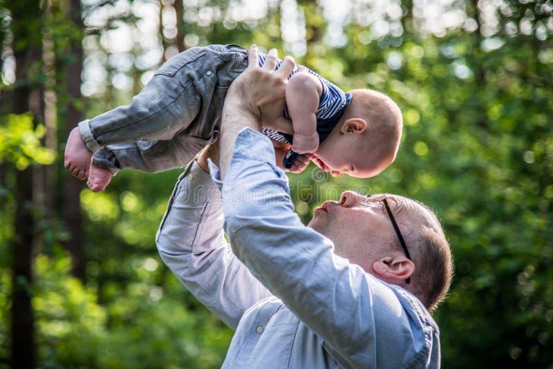 Chłopiec z jego ojczulkiem obraz stock