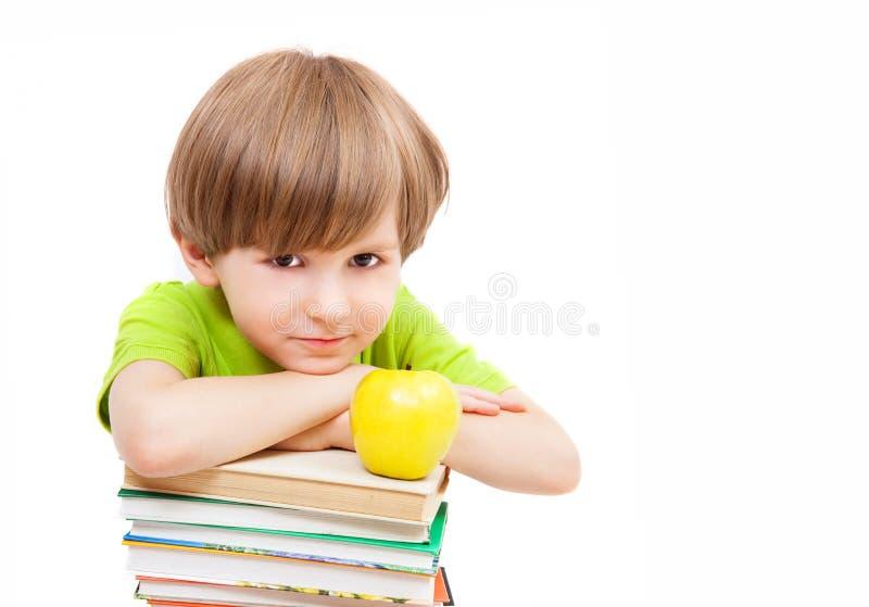 Chłopiec z książkami i jabłkiem zdjęcie stock