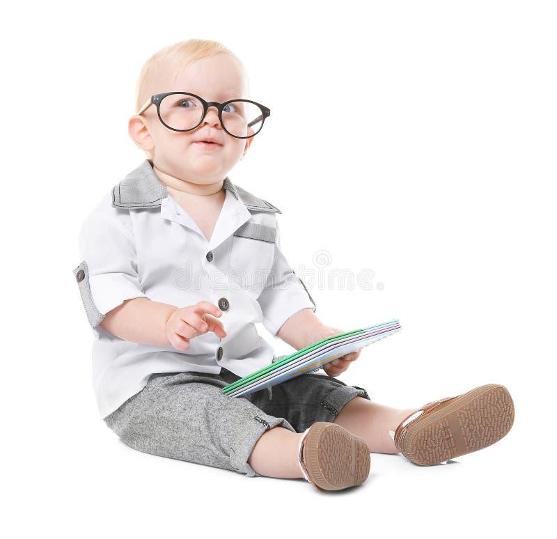 Chłopiec z książkowym obsiadaniem fotografia royalty free