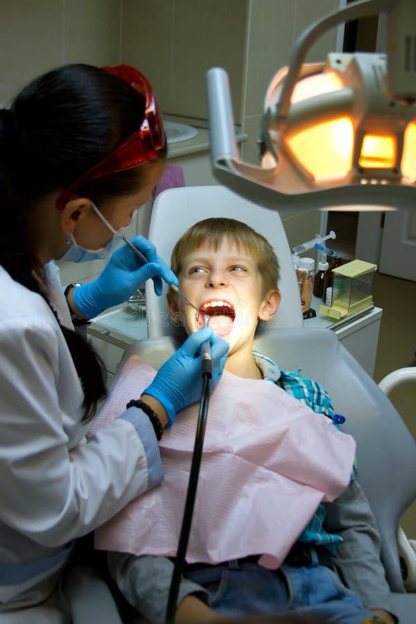 Chłopiec z lekarką w stomatologicznej operaci fotografia royalty free