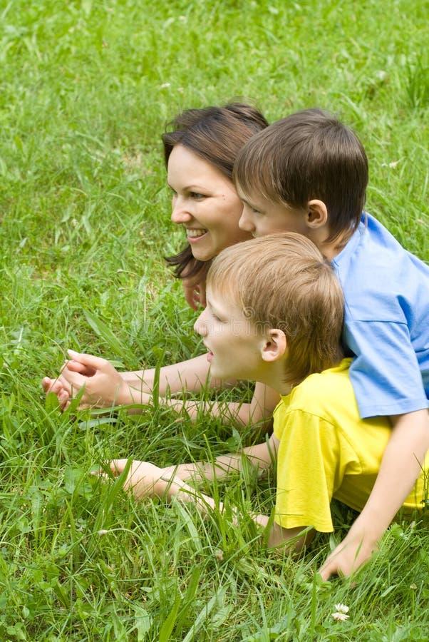 Chłopiec z mamą w parku obrazy stock