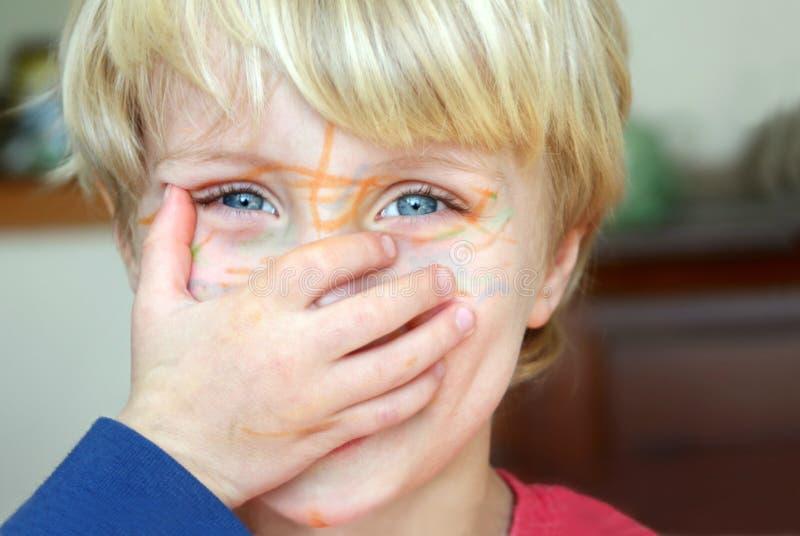 Chłopiec z markierem na twarzy zdjęcia stock