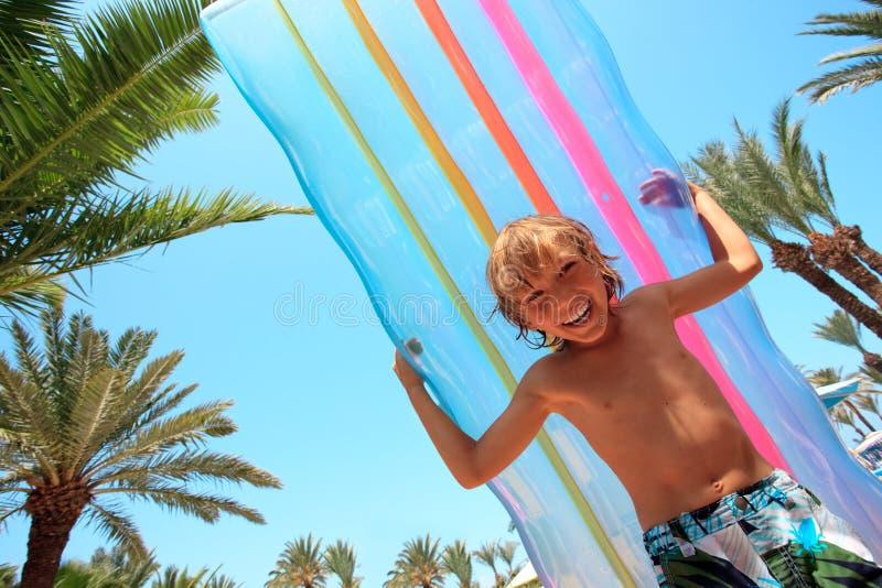 Chłopiec z nadmuchiwaną materac obrazy stock
