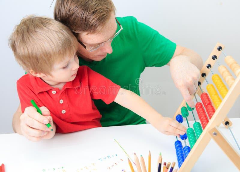 Chłopiec z nauczyciela uczenie matematyką, wczesna edukacja zdjęcie royalty free