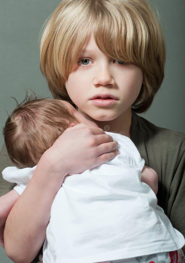 Chłopiec z nowonarodzonym dzieckiem fotografia stock