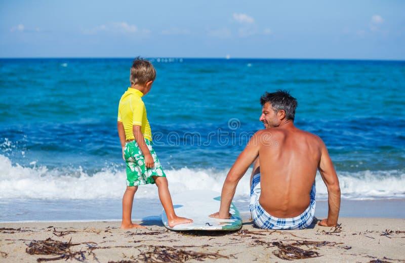 Chłopiec z ojca surfingiem obraz royalty free