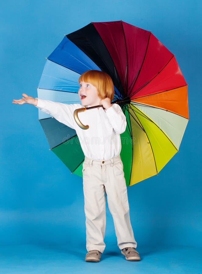 Chłopiec z parasolem zdjęcie stock