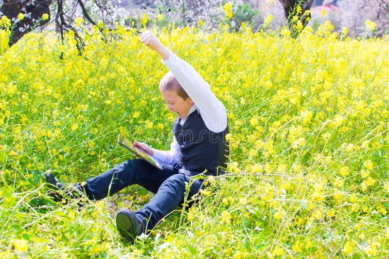 Chłopiec z pastylka komputerem osobistym obrazy stock