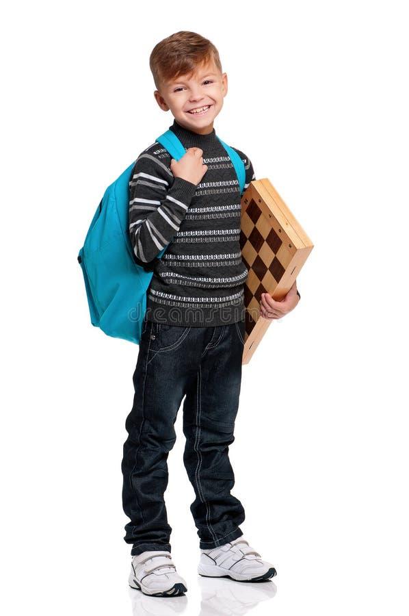 Chłopiec z plecakiem i chessboard zdjęcia stock
