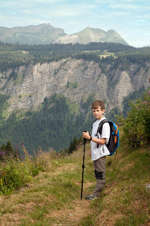 Chłopiec z plecakiem i trekking słupami zdjęcia royalty free
