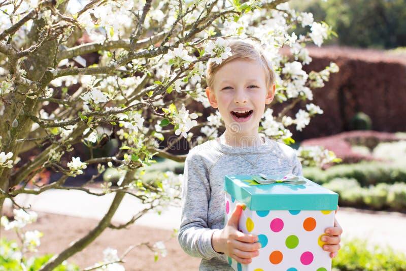 Chłopiec z prezenta pudełkiem fotografia stock